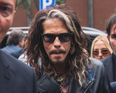 Singer Steven Tyler outside Armani fashion shows building for Milan Men's Fashion Week 2014 — Stock Photo