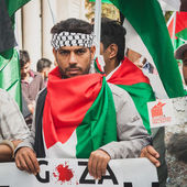 People protesting against Gaza strip bombing in Milan, Italy — Stock Photo