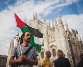 人们抗议反对加沙地带轰炸在米兰,意大利 — 图库照片
