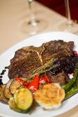 Bild von t-bone Steak im Restaurant zu schließen — Stockfoto