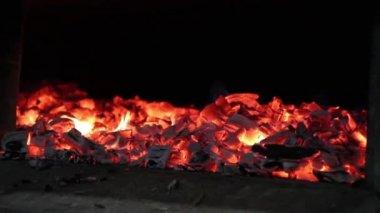 Zavřete záběry ze žhavé uhlíky červené — Stock video
