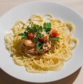用大马哈鱼和香草的美味面食的形象 — 图库照片