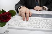 Man som arbetar på sin laptop — Stockfoto