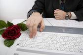 Homem que trabalha em seu laptop — Foto Stock
