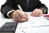 Homem, assinando um contrato — Foto Stock