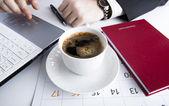 Notebook klavye 5 insan eller — Stok fotoğraf