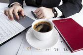 Menschlich auf der Notebook-Tastatur-5 — Stockfoto