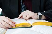 Man die een boek leest — Stockfoto