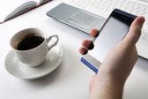 человеческие пальцы рядом с клавиатуры ноутбука и смартфона — Стоковое фото