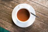 Koffiekopje op hout tabl — Stockfoto