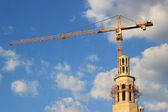 Construction site of mosque with tower crane and blue sky in Moscow, Russia — Stock Photo