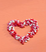 Herz mit zucker streusel auf einem holztisch gebildet — Stockfoto
