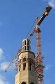 Byggarbetsplatsen i en moské med en tornkran och blå himmel — Stockfoto