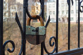 Large rusty iron padlock — ストック写真