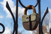 Large rusty iron padlock, selective focus — Stockfoto