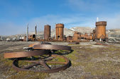 Een verlaten mijnbouw nederzetting in spitsbergen bereneiland — Stockfoto