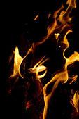 Vlammen op zwarte achtergrond — Stockfoto