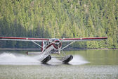 A Floatplane while landing on Alaskan lake — Stock Photo