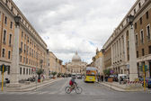 ROME, ITALY - MAY 26: Tourists moving to Saint Peter's Basilica on 26 May 2013 in Vatican, Rome, Italy. are moving to Pope Francis Mass — Stock Photo