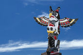 A totem wood pole in the blue cloudy background — Stockfoto