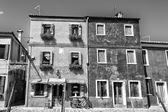 Häuser von burano venedig in schwarz und weiß — Stockfoto