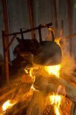 Kamp ateşi üzerinde pişirme — Stok fotoğraf