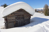 A wood cabin hut in the winter snow background — Stockfoto