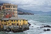 Zee storm op genova pittoresk boccadasse dorp — Stockfoto
