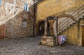 Medievale di san quirico case con acqua bene — Foto Stock