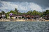 Een kerk op indonesische vissers dorp strand — Stockfoto