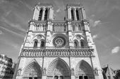 Notre dame paris cathedral external view in black and white — 图库照片