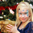 Little girl with Christmas gift box — Stock Photo #41091075