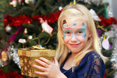Little girl with Christmas gift box — Stock Photo