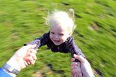 Padre di sua figlia toddler felice di filatura — Foto Stock