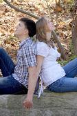 Séance de couple ensemble dans le parc — Photo