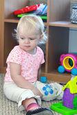Kız ona oyuncaklar ile oynama — Stok fotoğraf