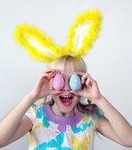 Funny girl s vejci — Stock fotografie