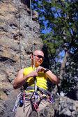 Homem preparando-se para a escalada — Foto Stock