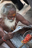 Old man reading newspaper in Varanasi, India — ストック写真