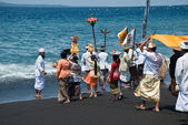 Bali, ceremony on the beach of Goa Lawah — Stock Photo