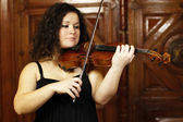 Girl playing violin — Stockfoto