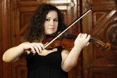 Mladá dívka hraje housle — Stock fotografie