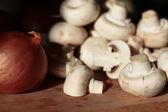 Cebolla y champiñones frescos — Foto de Stock