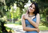 Mooi meisje met een tatoeage lacht — Stockfoto