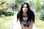 カメラ目線の入れ墨を持つセクシーな魅力的な女の子 — ストック写真