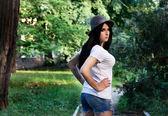 帽子とショート パンツに刺青を持つ美しい少女 — ストック写真
