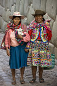Local women - Hatumrumiyoc Inca Wall - Cuzco - Peru — Stock Photo