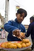 Jeune garçon travaillant - otavalo - Equateur — Photo