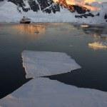 Antártida - sol de medianoche en el canal lamaire — Foto de Stock