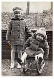 Niños con trineo de invierno — Foto de Stock